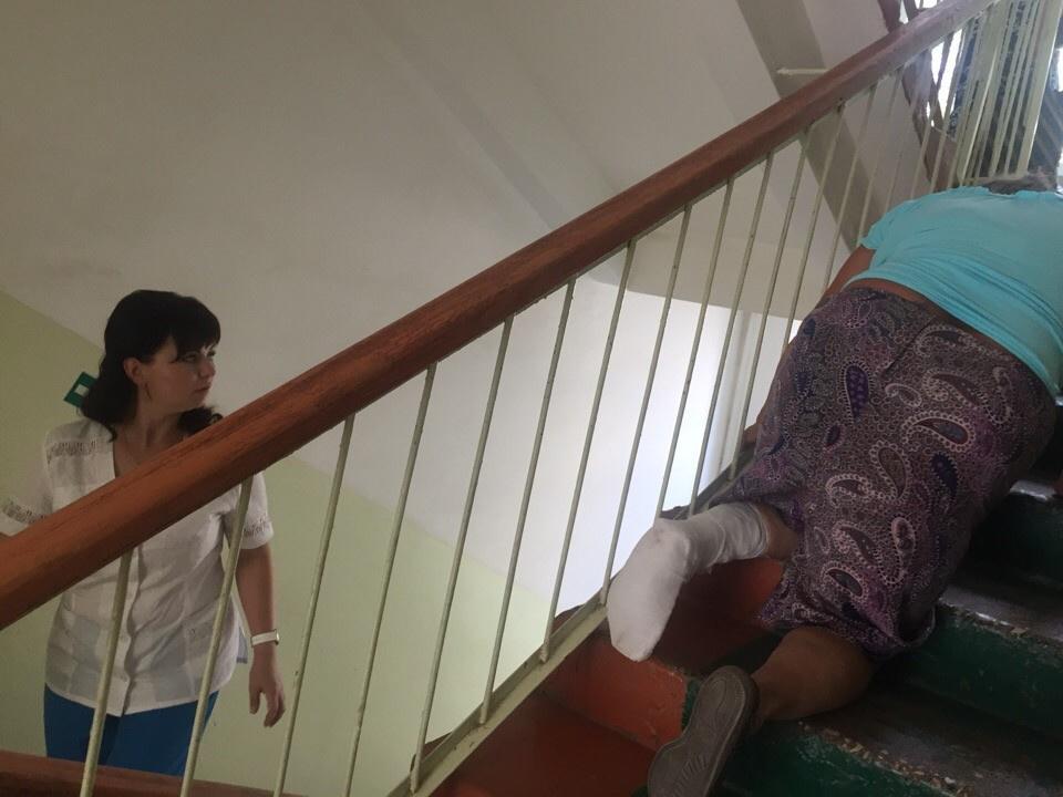 СК Мордовии начал проверку ЧП с ползущей по лестнице пациенткой