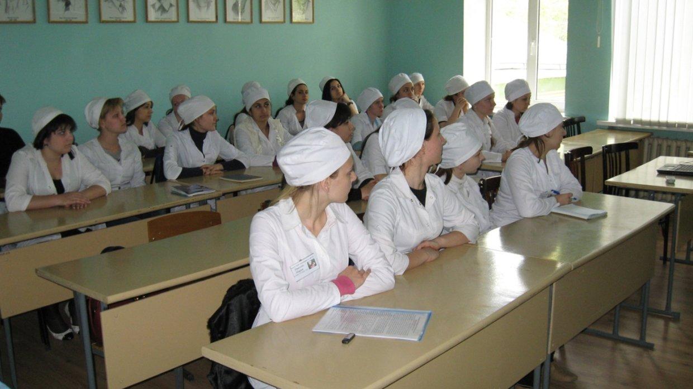 В Краснодарском муниципальном медицинском институте высшего сестринского образования (КММИВСО) 313 выпускников не получили дипломы государственного образца и не могут устроиться без них на работу, передаёт ФАН. А это специалисты самых востребованных медицинских профессий – медсёстры, медбратья, фельдшеры и акушеры.