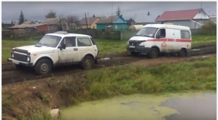 В Омской области машина скорой застряла в грязи
