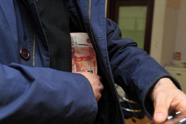 Саратовец украл из кабинета медсестры конверт с деньгами и документы