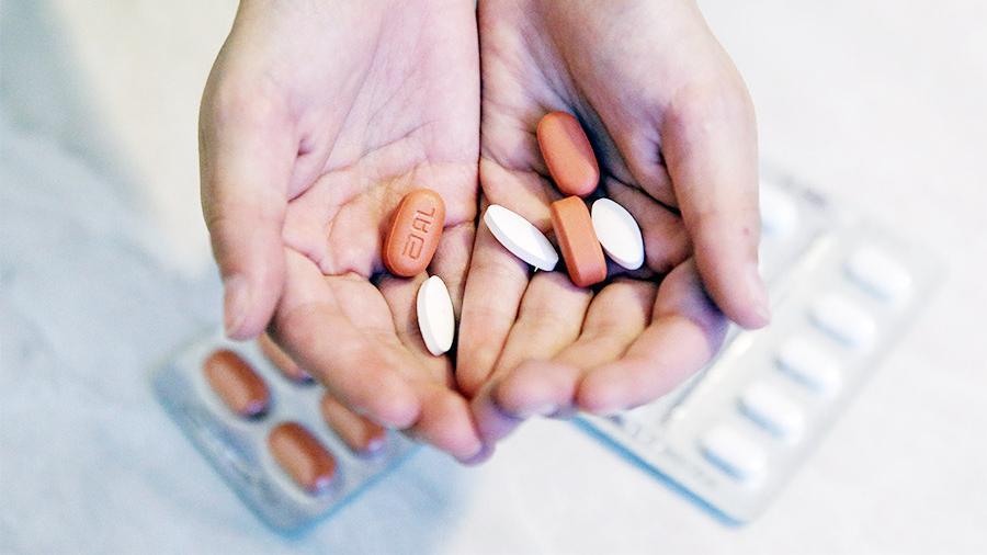 Минздрав зафиксировал снижение вирусной нагрузки у 28% больных ВИЧ россиян Антиретровирусная терапия помогла снизить вирусную нагрузку до почти неопределяемой у 28% (почти 230 тысяч) ВИЧ-инфицированных россиян, передают Известия. К 2020 году планируется увеличить этот показатель до 90%. Снижение нагрузки не означает полное избавление от вируса, больным всё ещё нельзя становится донорами, но теперь они смогут жить нормальной жизнью, так как они почти не заразны для окружающих. Даже через половой контакт риск заразить партнёра минимальный. Также маловероятным становится развитие у этих людей СПИДа и возникновение устойчивости к принимаемым препаратам. К 2020 году уровень активности вируса должен быть минимальным у 90% ВИЧ-инфицированных, рассчитывают в Минздраве. Для этого обеспечивать бесплатными лекарствами нужно не менее 90% зараженных. Всего в стране официально зарегистрировано 808,9 тыс. ВИЧ-инфицированных. Правда, по оценочным данным (включая анонимные анализы), их больше — 998,5 тыс. человек, отметили в ведомстве. — Если в мире считается, что около 30% лиц, живущих с ВИЧ, не знают о своем статусе, то у нас они составляют около 10%, — добавили в Минздраве. При этом в реестре инфицированных — 631 тыс. человек. В него включают тех, кто хочет лечиться за счет государства. В 2017 году бесплатную антиретровирусную терапию получали 50% инфицированных, включенных в госреестр, как и в среднем по миру, отметили в министерстве. В 2015 году лечение получали только 37,3%. В ведомстве добавили, охват детей терапией в прошлом году составил 91%. Одной антиретровирусной терапии недостаточно для снижения активности вируса, считает руководитель программ благотворительного фонда борьбы со СПИДом «Шаги» Кирилл Барский. — Даже если государство к 2020 году достигнет 90% охвата терапией, следующий вопрос —приверженность пациента лечению. Ведь не все обсуждают с врачом побочные эффекты, график жизни и работы перед назначением препарата. Мы с каждым годом видим всё больше людей, бросающ
