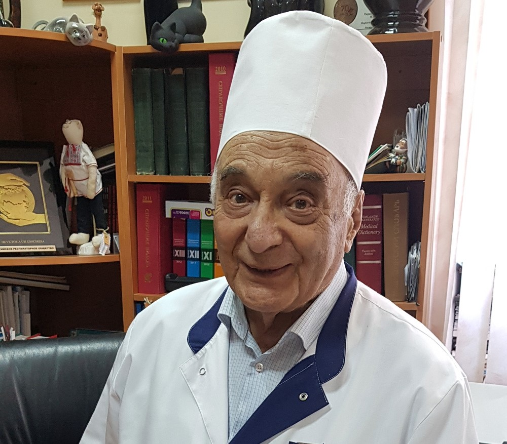 Один из основоположников медицины критических состояний, создатель первой встране службы интенсивной терапии, анестезиологии иреанимации, 87-летний профессор вреспубликанской больнице Карелии Анатолий Зильбер