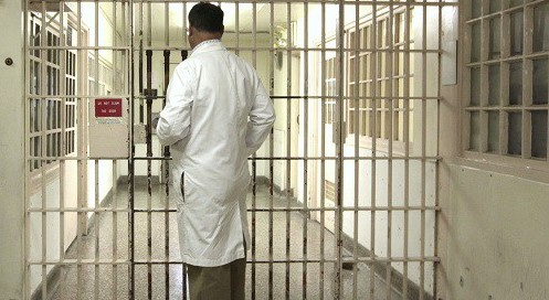 """Тюремный врач: """"Заключённые часто калечат себя, но у меня никто ещё не умирал"""""""