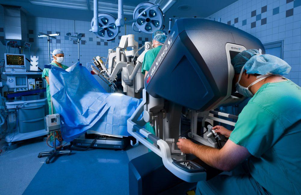 Роботы вдвое снизили количество экстренных операций в НИИ Склифосовского