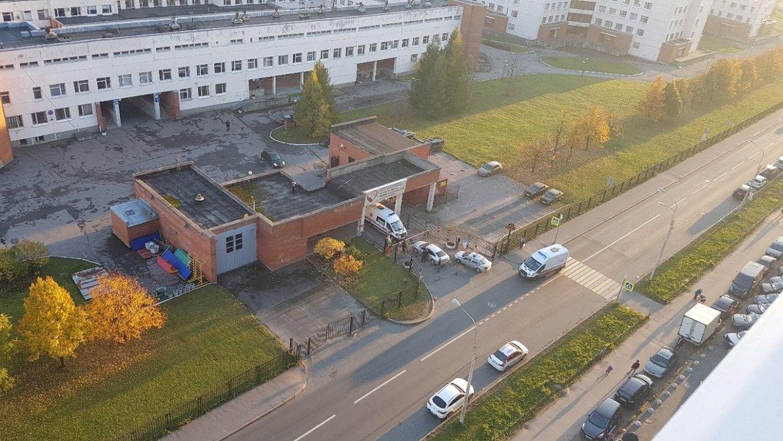 Петербуржец заблокировал «скорой» выезд из больницы из-за своего больного ребёнка