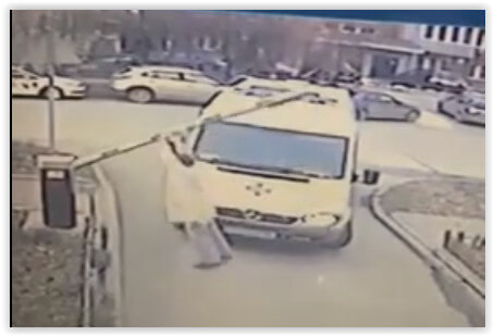 В Новосибирске врач «скорой» сломал шлагбаум, чтобы попасть к пациенту