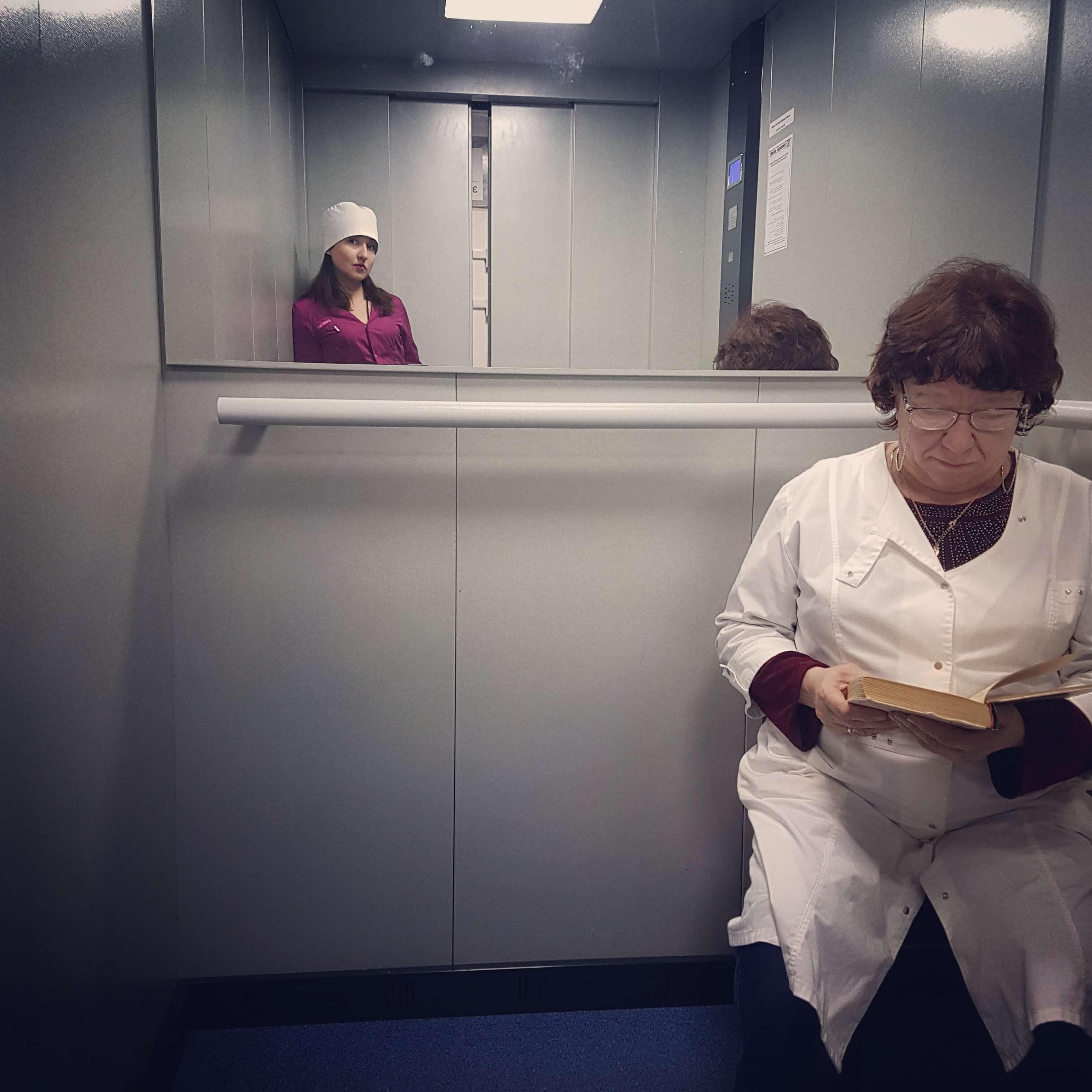 Перед увольнением санитарка, студентка 4-го курса СГМУ им. В. И. Разумовского Виктория Федорова фотографировала будни медиков в лифте больницы. Фотопроект она вела на своей странице в Инстаграм, назвав его «Социальный лифт», а окончательное прощание с больницей сопроводила строками: