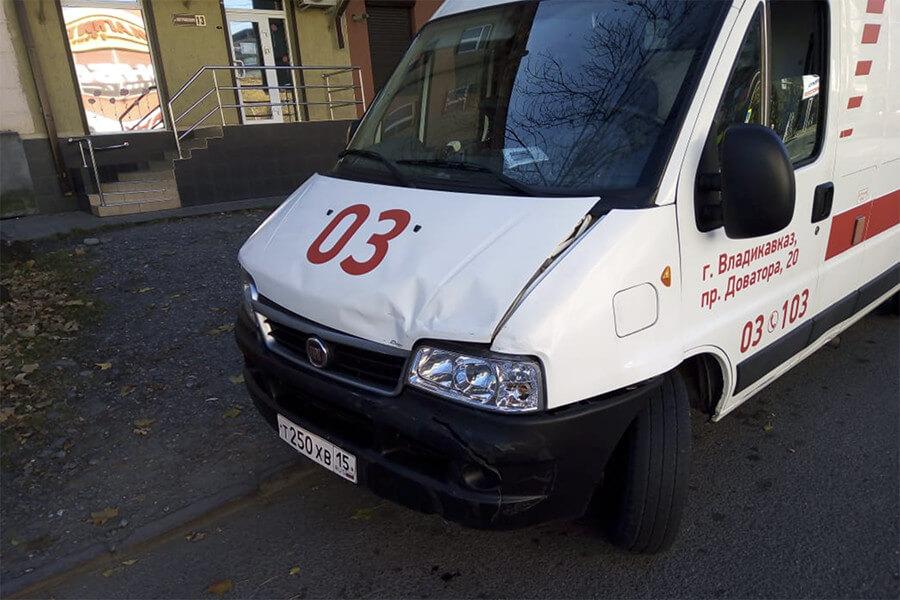 Во Владикавказе легковушка не уступила дорогу «скорой» и врезалась в неё