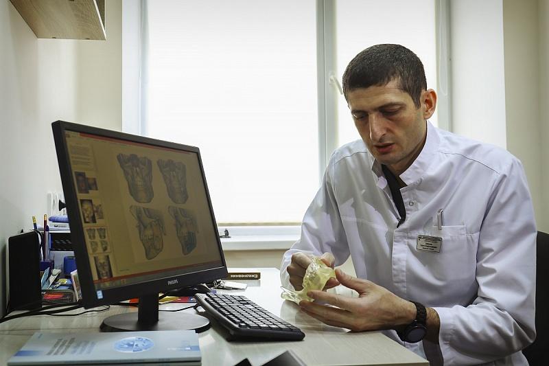 Челюстно-лицевые хирурги краснодарской Первой краевой больницы воссоздали в полном объёме челюсть 28-летнему пациенту по верхнему и по нижнему контуру. Об этом сообщила пресс-служба регионального Минздрава.