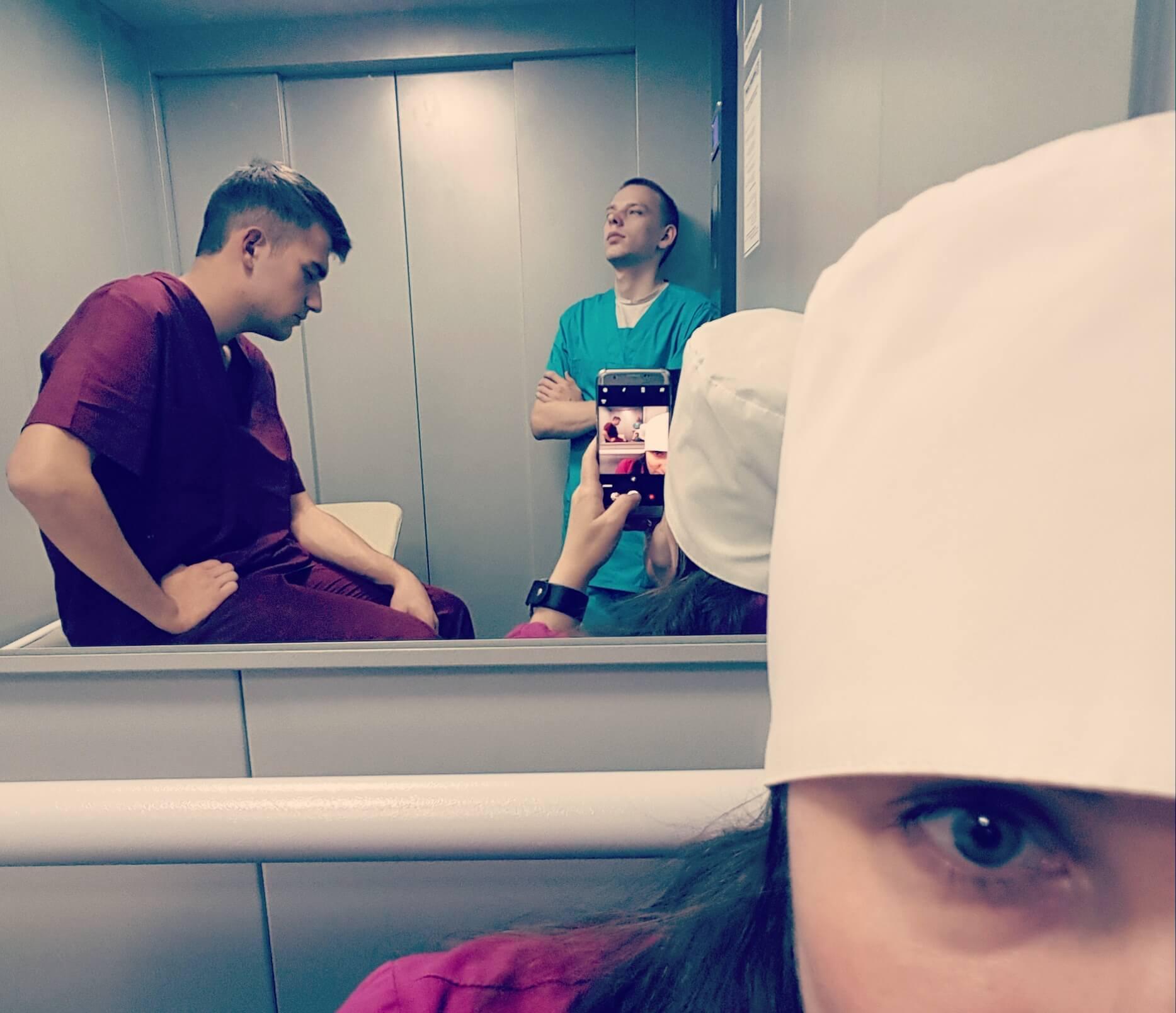 В ожидании покоя: санитары приемного отделения Эльдар Ахундов, Андрей Тополов