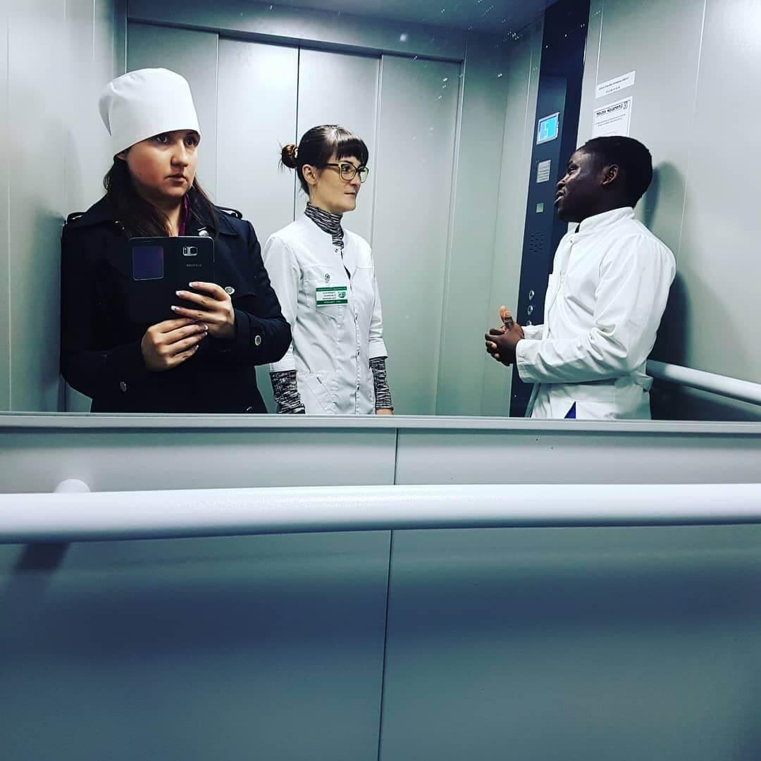 Нейрохирургия - всему голова: врач-нейрохирург Елизавета Ларинская и студент-практикант из Нигерии