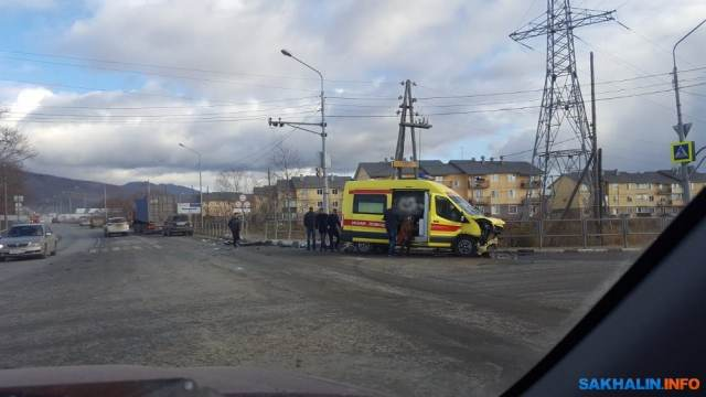 В Южно-Сахалинске «скорая» столкнулась с грузовиком: пострадали пятеро