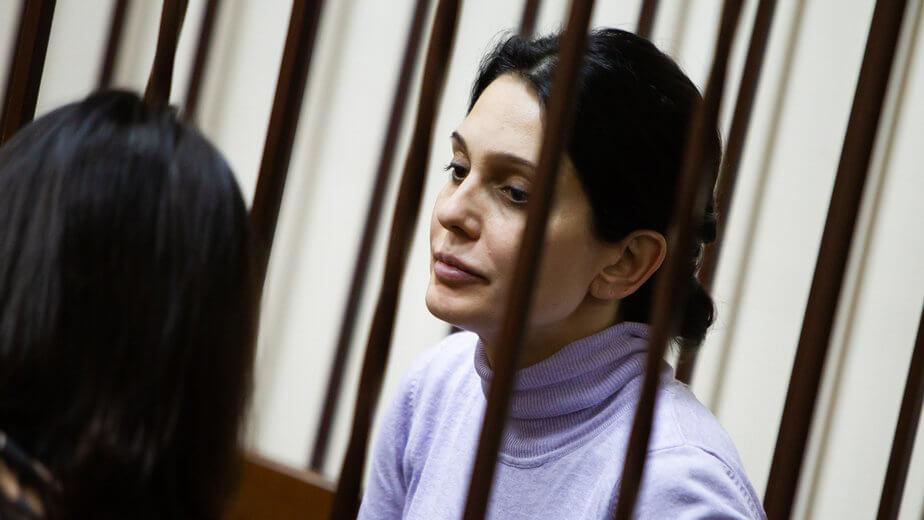 В Калининграде 6 ноября в роддоме № 4 скончался новорожденный ребёнок. Через некоторое время после этого Следственный комитет возбудил уголовное дело в отношении 41-летней и. о. главврача медучреждения Едены Белой за «превышение должностных полномочий». Как полагает следствие, 5 ноября 2018 года в родильный дом поступила женщина с признаками родоразрешения, которая 6 ноября родила живого мальчика.