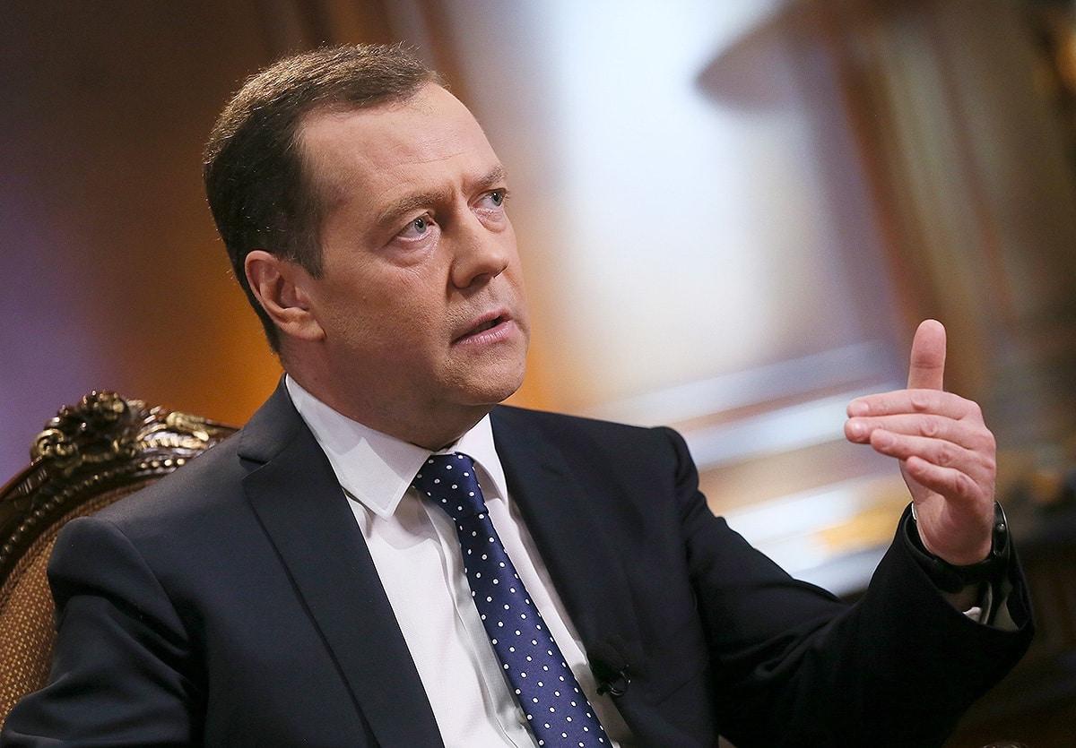 Медведев назвал важной задачей устранение дефицита врачей