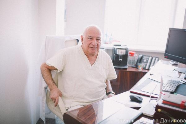 Один из ведущих мировых хирургов-онкологов, главный онколог «Медси», бывший директор РОНЦ им. Блохина Михаил Давыдов рассказал «Правмиру». Михаил Давыдов отметил, что самая длинная операция в его жизни длилась 15 часов. Он тогда был старшим научным сотрудником в Онкоцентре и оперировал молодого пациента с врождённой опухолью пищевода.
