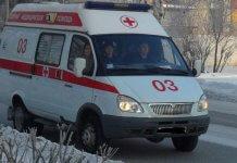 В Нальчике бригад «скорой» не хватает на всех пациентов В Нальчике (Кабардино-Балкария) количество вызовов скорой помощи увеличилось на треть из-за сезонного роста заболеваемости ОРВИ. В региональном Минздраве заявили о нехватке бригад «скорой» для нужд пациентов, передаёт «Это Кавказ». «Количество вызовов за сутки выросло до 300−350 вызовов в сутки в связи с сезонным подъемом заболеваемости острыми респираторными заболеваниями, в обычный период количество вызовов доходит до 250−270. В настоящее время на вызовы выезжают 20 бригад из 27 (13 врачебных и 7 фельдшерских). Временная нехватка связана с тем, что сотрудники скорой помощи постоянно, по роду службы контактируют с больными ОРВИ, заражаются и тоже болеют», — сообщили ТАСС в пресс-службе Министерства здравоохранения Кабардино-Балкарии. В целом, в КБР обеспеченность населения медиками «скорой» на 10 тысяч населения выше среднероссийских показателей. При этом управление Роспотребнадзора по региону сообщает, что превышения эпидемических порогов по заболеваемости гриппом и ОРВИ в республике не зарегистрировано. «Заболеваемость гриппом и ОРВИ в республике ниже недельного эпидпорога по совокупному населению на 49,2%, по городу Нальчику на 36,7%. Лабораторно подтвержденных случаев гриппа нет», — уточнили в ведомстве. Как сообщалось ранее, заболеваемость гриппом и ОРВИ по России в период с 7 по 13 января превысила эпидемический порог почти на 23%. Подробнее читайте: Заболеваемость гриппом и ОРВИ в России на 23% превысила эпидпорог.