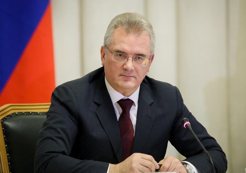 Пензенский губернатор объявил выговор чиновникам Минздрава за кровати из досок в больнице