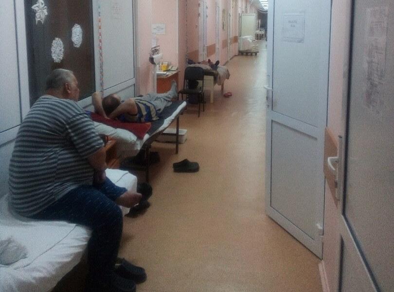 """""""Лежат в коридорах"""": В омской больнице отделения перегружены из-за вспышки ОРВИ"""