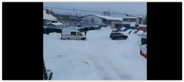 Жители Брянска вытащили застрявшую в снегу «скорую»