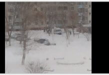 В Оренбурге скорая помощь застряла в снегу во дворе многоэтажек