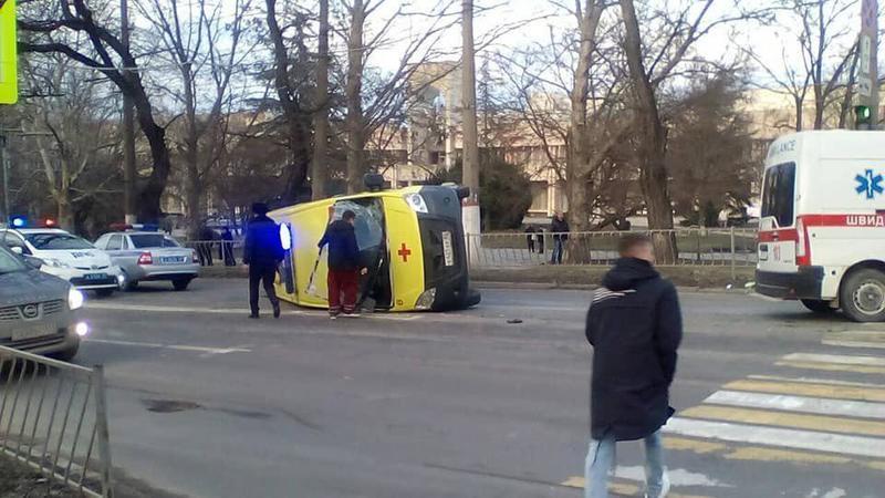 В Симферополе в ДТП перевернулась машина «скорой»