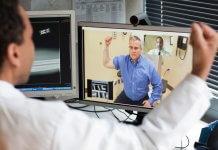 """1 – «Дежурные врачи в телемедицине работают круглосуточно по сменам» 2 – «Рабочий день теледоктора ничем не отличается от рабочего дня терапевта или в поликлинике» 3 – «Чаще всего к телемедицинским врачам обращаются с самочувствием, близким к проявлениям ОРВИ и гриппа» 4 – «Сложности у теледокторов вызывает непривычный формат консультирования, так как они не могут ни назначать лекарства, ни ставить диагноз» 5 – «Теледокторам нелегко научиться задавать правильные вопросы, чтобы точно определить проблему» 6 – «Хороший телемедицинский доктор должен обладать широкими медицинскими навыками и знаниями» Телемедицина - это мировой тренд. Как водится, в вагон тренда многие пытаются запрыгнуть, но не у всех получается. У лидера рынка, компании """"Доктор рядом"""" получилось, как именно - """"Медицинской России"""" не важно. Важно, как в телемедицинском сервисе работают врачи. Ольга Дубровина, телемедицинский директор """"Доктор рядом"""" подробно рассказала нам о нюансах работы медиков в новом формате. 1. Каков распорядок дня теледоктора? Дежурные врачи в телемедицине работают круглосуточно, по сменам. Рабочий день ничем не отличается от рабочего дня терапевта или врача общей практики в поликлинике. Их рабочие места находятся в одной из клиник «Доктор рядом» и оснащены необходимым оборудованием для проведения приема. Это не колл-центр, а настоящая клиника, только цифровая. Врачи, которые ведут прием по записи, врачи узкой специализации, ведут цифровой прием на своих рабочих местах в клиниках в свое рабочее время. Отличие только в том, что пациент находится не рядом у стола, а на связи через интернет. 2. У вас 60 докторов. Сколько смен и как долго они продолжаются? Рабочие смены стандартные, восьмичасовые, но мы позволяем докторам по желанию работать сверхурочно и дополнительно оплачиваем этот труд. Так как мы работаем круглосуточно, доктора могут выбрать удобную смену и сочетать, например, очный прием в другой клинике и работу в цифровой медицине. 3. Теледоктора совмещают или """"Доктор рядом"""" -"""