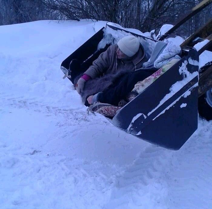 Жительницу Татарстана довезли в ковше трактора до «скорой», которая не смогла проехать из-за снега