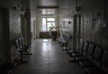 1 – Курский чиновник угрожал взорвать больницу, в которой не приняли его маму 2 – Курский чиновник пообещал взорвать больницу, если в ней не примут его больную маму 3 – После угроз о взрыве больницы, курского чиновника арестовали, а его мать – осмотрели врачи В Курской области 34-летний чиновник Щигровского района угрожал взорвать больницу, в которой отказались принять его маму, пожаловавшуюся на острую инфекцию, передаёт 46tv.ru. 69-летняя женщина почувствовала себя плохо и отправилась в Центральнуую районную больницу. Ей посоветовали прийти вечером, так как сейчас нет возможности её принять. Женщина сообщила об отказе своему сыну, который тут же позвонил в дежурную часть полиции и сообщил, что взорвёт медучреждение, если его мать срочно не осмотрят врачи. «11 февраля вечером в Щигровское отделение полиции поступил звонок с угрозой, если одну из пациенток срочно не примут, то он взорвет лечебное учреждение», - подтвердил информацию председатель регионального комитета здравоохранения Владимир Анцупов. Информацию об угрозе взрыва передали в другие силовые структуры, а женщину осмотрели врачи. Выяснилось, что у неё была лёгкая вирусная инфекции, в госпитализации пациентка не нуждалась, потому ей назначили амбулаторное лечение. В отношении сына женщины возбуждено уголовное дело за заведомо ложное сообщение о взрыве из-за недовольства работой больницы. По предварительным данным, 34-летний мужчина является одним из сотрудников администрации Железнодорожного округа Курска. Как сообщалось ранее, в Санкт-Петербурге в Мариинской больнице задержали пьяного мужчину, который угрожал взорвать здание. Подробнее читайте: В Санкт-Петербурге пьяный мужчина грозился взорвать больницу.