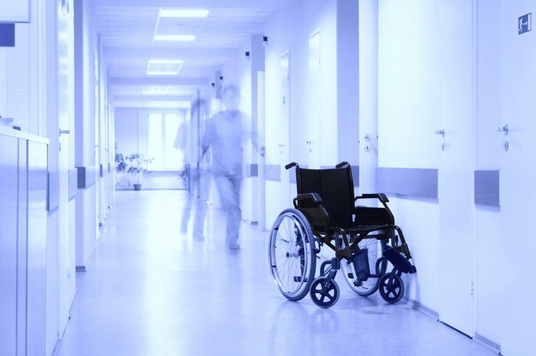 Алтайский главврач два года прожил в больнице из-за нехватки денег на своё жильё