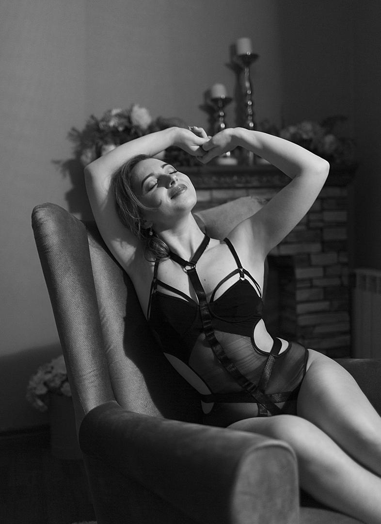 Руководство Кинешемской детской поликлиники в Ивановской области не собирается увольнять педиатра Анастасию Орлову за выложенные в сеть эротические фотографии, передаёт ТАСС. Об этом рассказала заведующая медучреждением Елена Смирнова.