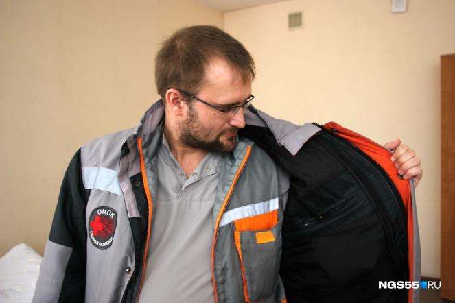 В Омске 19 марта в реку Омь с Комсомольского моста упал 38-летний омич. Пока вызванная полицией бригада скорой помощи ждала спасателей, один из врачей кинулся сам спасать утопающего. В итоге омича всё же достали из воды прибывшие сотрудники аварийно-спасательной службы, однако откачать его не удалось, мужчина скончался от полученных травм и переохлаждения в машине «скорой».