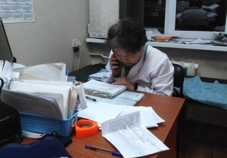 В южно-сахалинской поликлинике 79-летняя терапевт принимает пациентов до 23.30, работая без медсестры