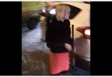 Жительница Казани с клюшкой напала на машину скорой, так как не могла проехать