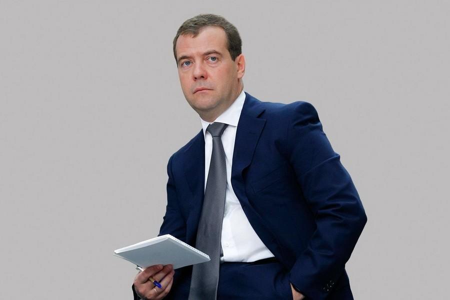 Медведев поручил рассмотреть приватизацию служебного жилья медработниками