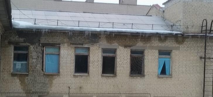 В Волгоградской области жители Камышина боятся ложиться в отделение хирургии и травматологии ЦРБ, потому что здание находится в ужасном состоянии и разваливается на глазах, передаёт v102.ru. Стены и потолки в потёках и трещинах, штукатурка пузырится или обвалилась, косяки дверей вываливаются, а трубы давно покрылись ржавчиной. Мебель вся старая, а матрасы на кроватях продавленные, засаленные и все в пятнах.