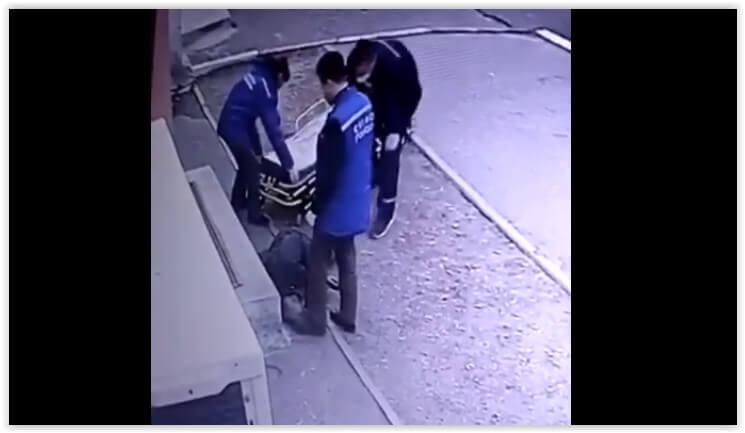 """Врача благовещенской """"скорой"""" уволили за то, что он потрогал лежащего на улице пьяного пациента ногой"""