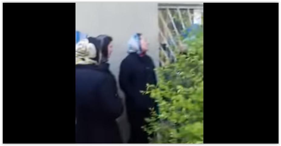 СМИ: Дагестанские медсёстры вышли на митинг из-за мизерных зарплат В Буйнакске (Республика Дагестан) 26 апреля медсёстры центральной горбольницы вышли на акцию протеста с требованием поднять зарплату до уровня, обещанного «майскими указами» президента России, передаёт chernovik.net. К протестующим вышел главврач больницы Гаджимурад Лабазанов. Медики спросили, почему они получают зарплаты в пределах 6-12 тысяч, когда согласно майским указам должны платить не меньше 20 тысяч рублей, а установленный с 2018 года МРОТ равен 11 200 рублей. «Наша бухгалтерия ссылается на то, что в 2015 году больнице недодали 40 млн рублей и именно поэтому идут задержки зарплаты. Я лично была на приёме у Хизри Шихсаидова и выбила эти 40 млн для больницы, объяснив бедственное положение в больнице. В феврале месяце говорили, что нам дали эти деньги. Так почему люди до сих пор не получили ничего? Почему не начисляют баллы тем, кто работает днём. Нам без разницы кто главврач, мы хотим одного – получать вовремя зарплату и как положено. Это не просьба, а требование», - заявила одна из медсестёр. По её словам, раньше получали зарплату до 10 числа: 3 числа деньги перечисляют в ФОМС, затем медучреждение до 7 числа предъявляет счета, но до медперсонала почему-то вовремя зарплаты не доходят. Главврач попытался объяснить, почему сложилась такая ситуация: «Заработаем - получим. Февраль недоработали. Следующий месяц вместо 49 млн заработали 48 млн. Страховые компании «ВТБ» и «Макс-М» нам перечисли 45 млн. Не хватило на выплату стимулирующих. Вчера наш бухгалтерия была в «ВТБ» и ТФОМС по РД, они обещают нам выплатить недостающие деньги с апрельским авансом». Также он рассказал, что больница не получила ранее не выплаченные 40 млн рублей, а только часть. Кроме того, страховые компании 3,5 млн рублей сняли с этой суммы за три месяца. «Мы могли бы с ними судиться. Но если будем судиться, то ФОМС и страховые компании организуют в медучреждении проверки и снимут гораздо больше средств», - отметил Лабазанов. По