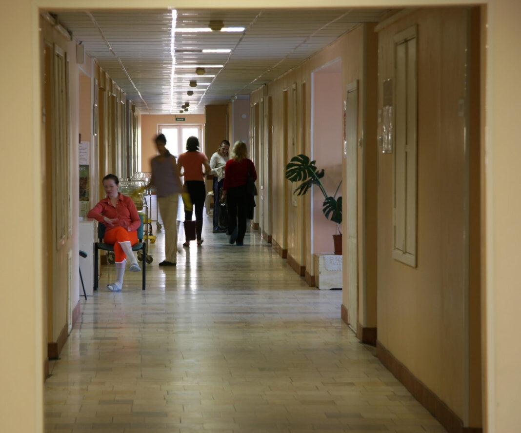 Из-за очередей в новгородских поликлиниках врачей планируют заставить работать по выходным