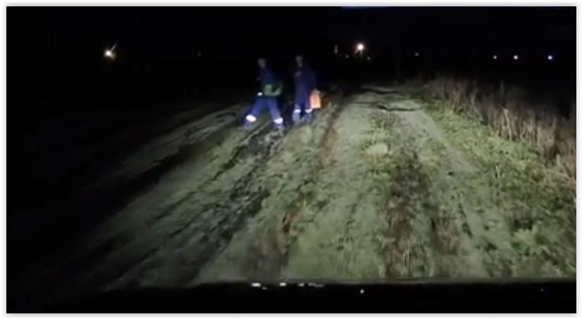 Тюменская бригада «скорой» больше километра шла по грязи до пациента – машина застряла