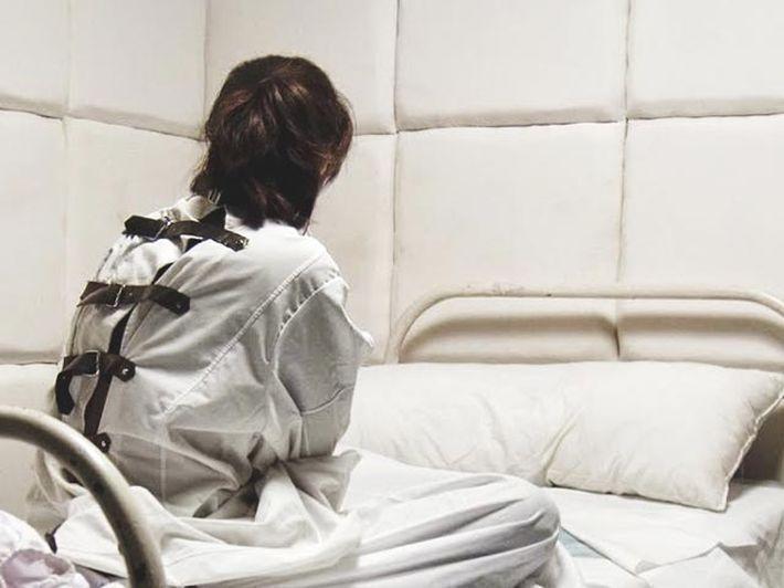 """""""Рвала медицинские карты"""": Ярую антипрививочницу госпитализировали в психбольницу"""