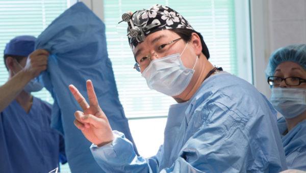 Колоректальный хирург и онколог, глава центра хирургии в GMS Clinic, врач-просветитель и блогер Бадма Башанкаев рассказал «Правмиру» о том, почему хирургия кишечника – это красиво, зачем люди доверяются шарлатанам и для чего доктору вести свой блог. Ниже пояса: все, что вы боялись спросить