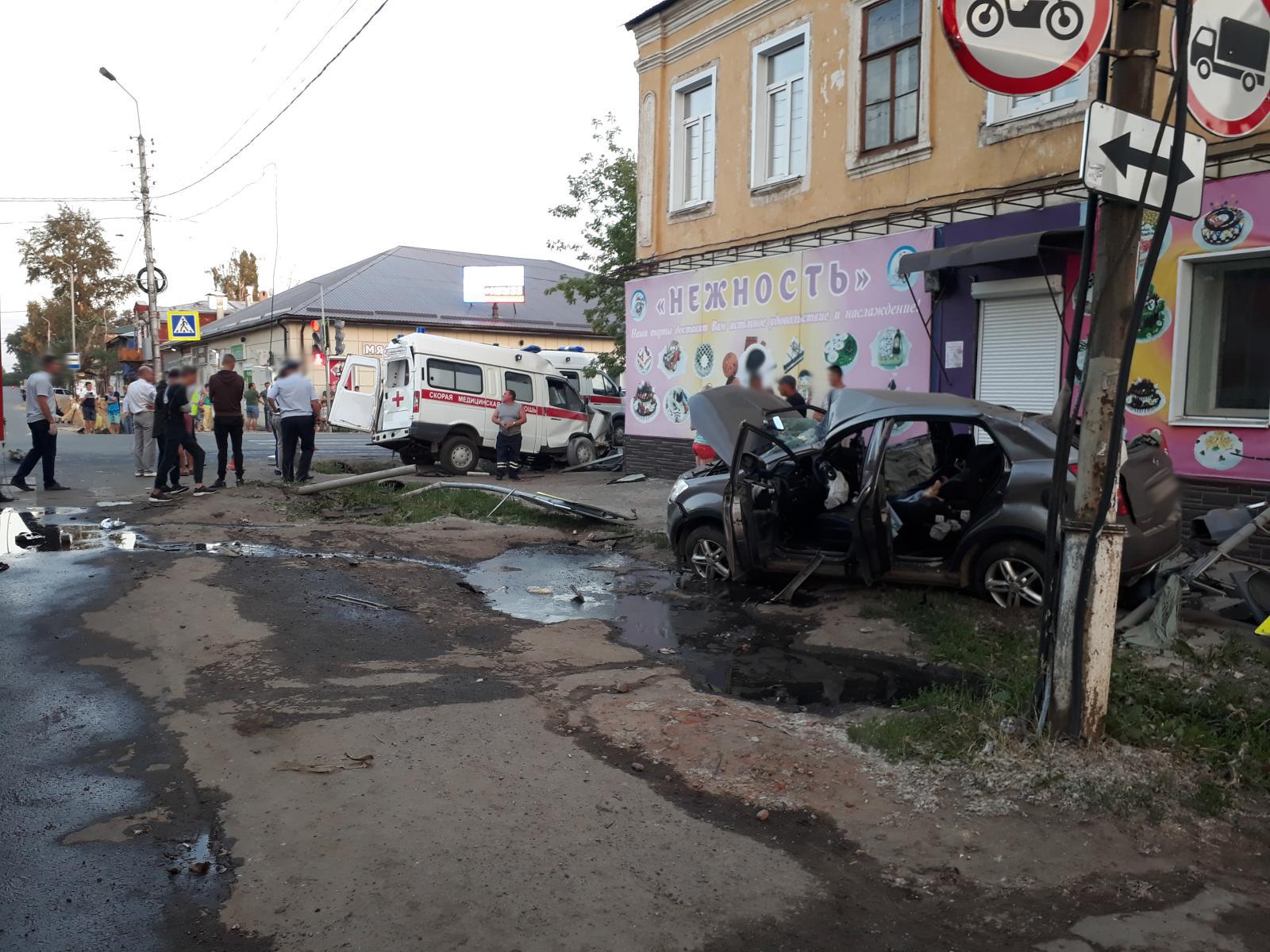 В Тамбовской области 17 июня в городе Моршанске в 19.09 часов вечера на перекрёстке улиц Интернациональная-Ленина произошло ДТП с участием скорой помощи. В результате погибла 35-летняя фельдшер, ещё несколько человек пострадали. Об этом сообщила пресс-служба Госавтоинспекции региона.