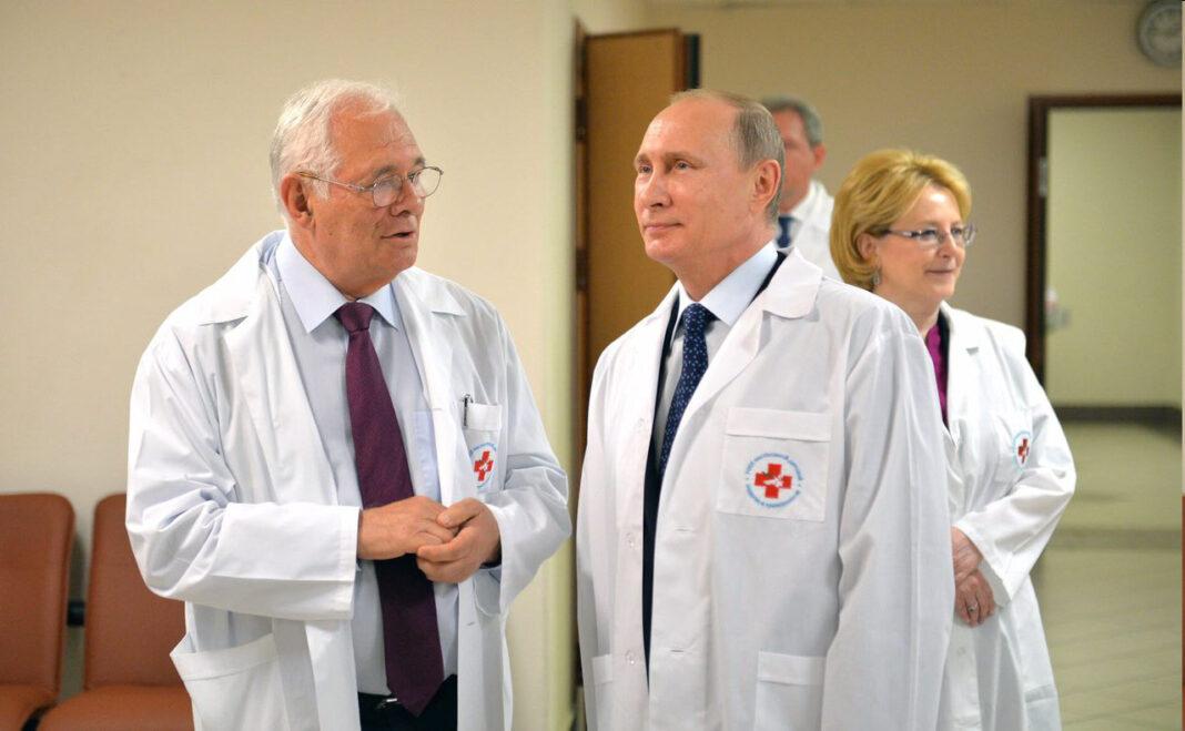 Путин поручил рассмотреть возможность распределения врачей