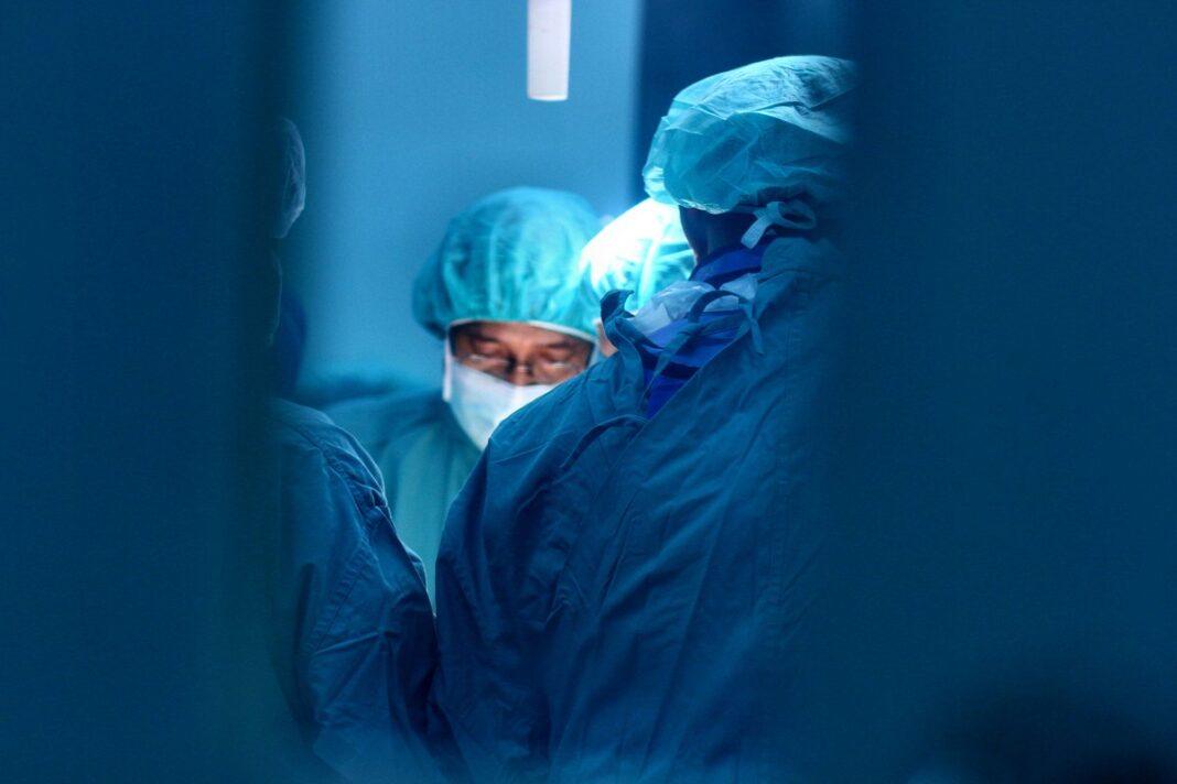 Проверки выявили, что медикам не выплачивают сверхурочные