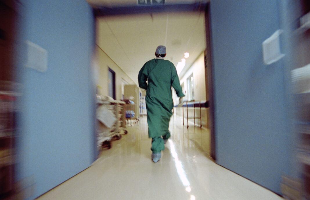 Должны ли отвечать врачи за пациентку, выбросившуюся из окна?