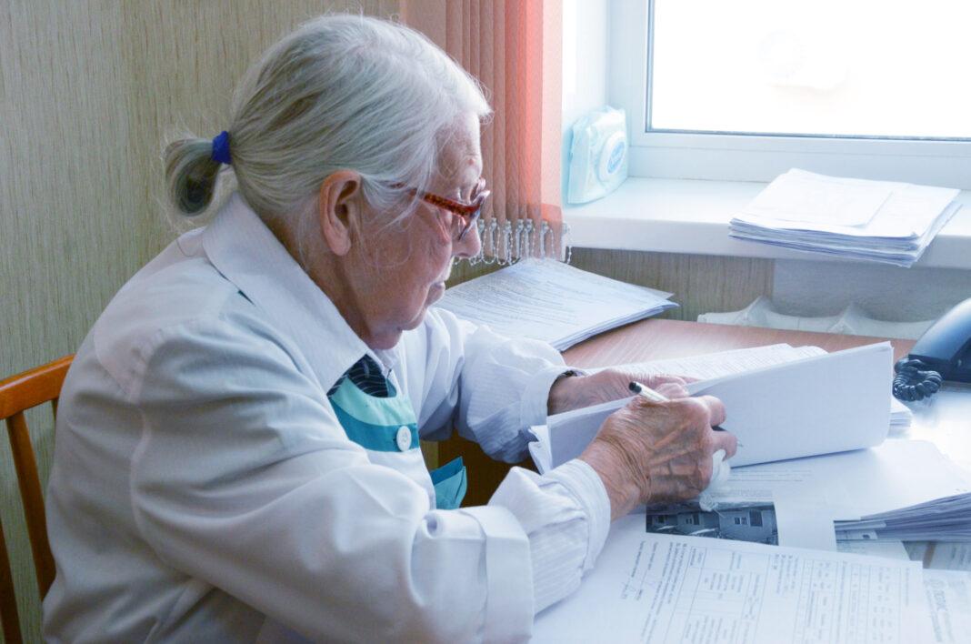 В профсоюзе заявили о дискриминации медиков-пенсионеров
