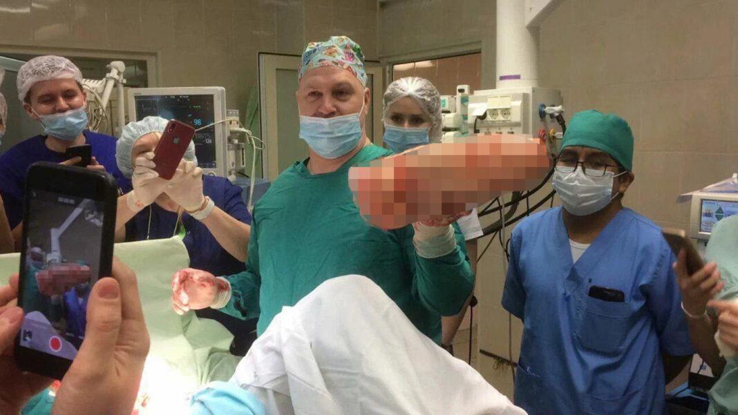Хирургам сделали выговор за фото с секс-игрушкой