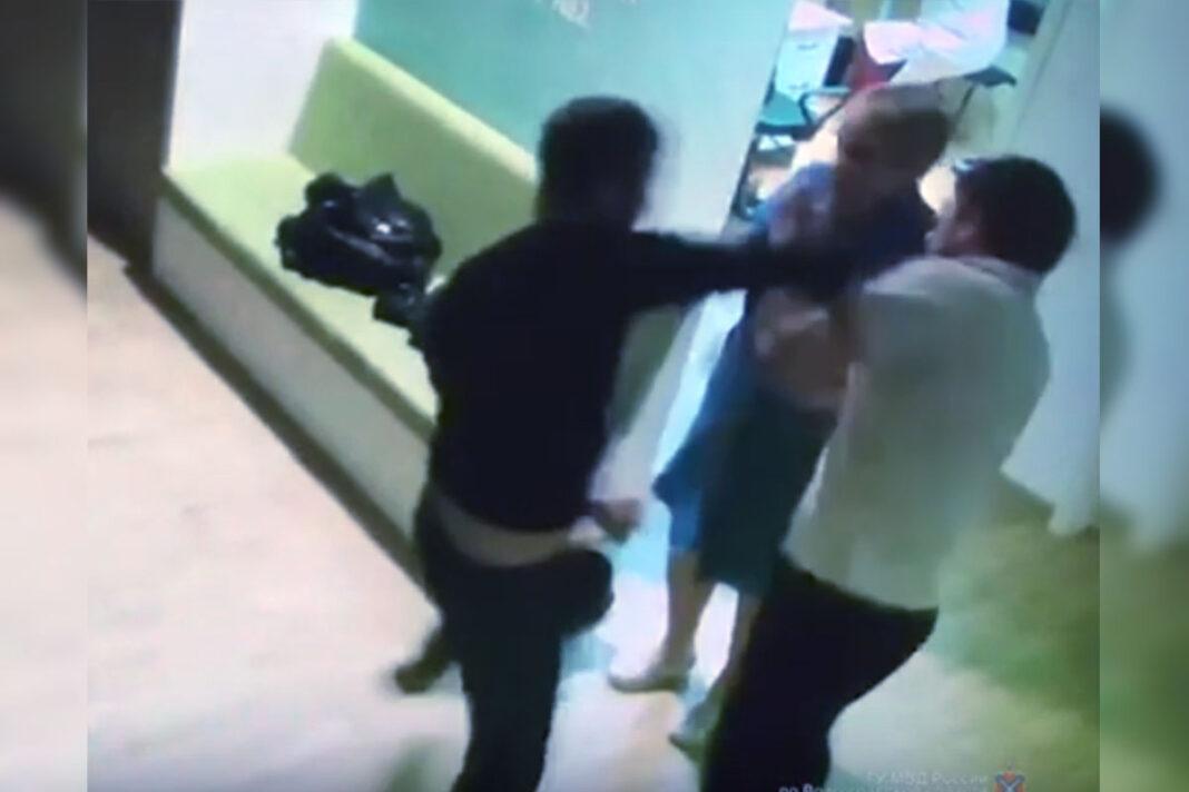 В волгоградской больнице мужчина избил врача и медсестру