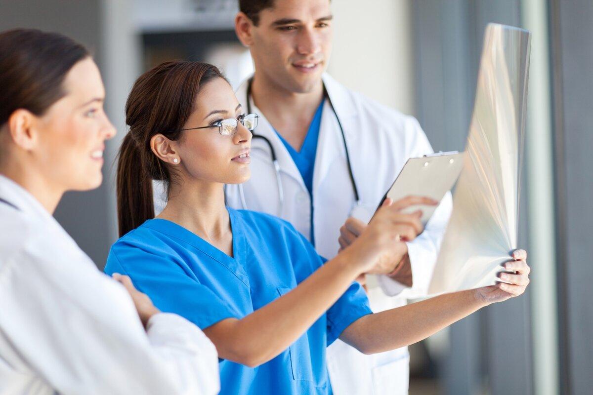 Госдуме предложили поднять зарплаты участковых врачей до средней по региону