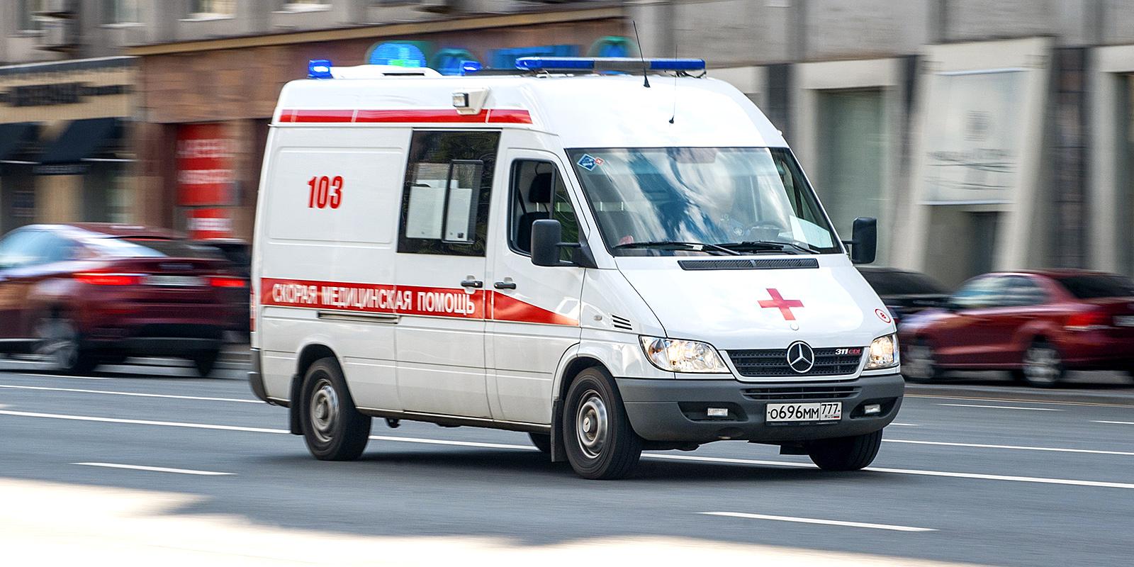 Родственники пациентки напали на бригаду «скорой» и повредили машину